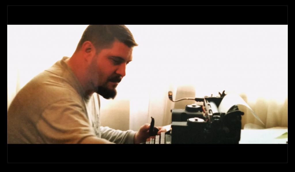 Aurelio Argel con su máquina de escribir